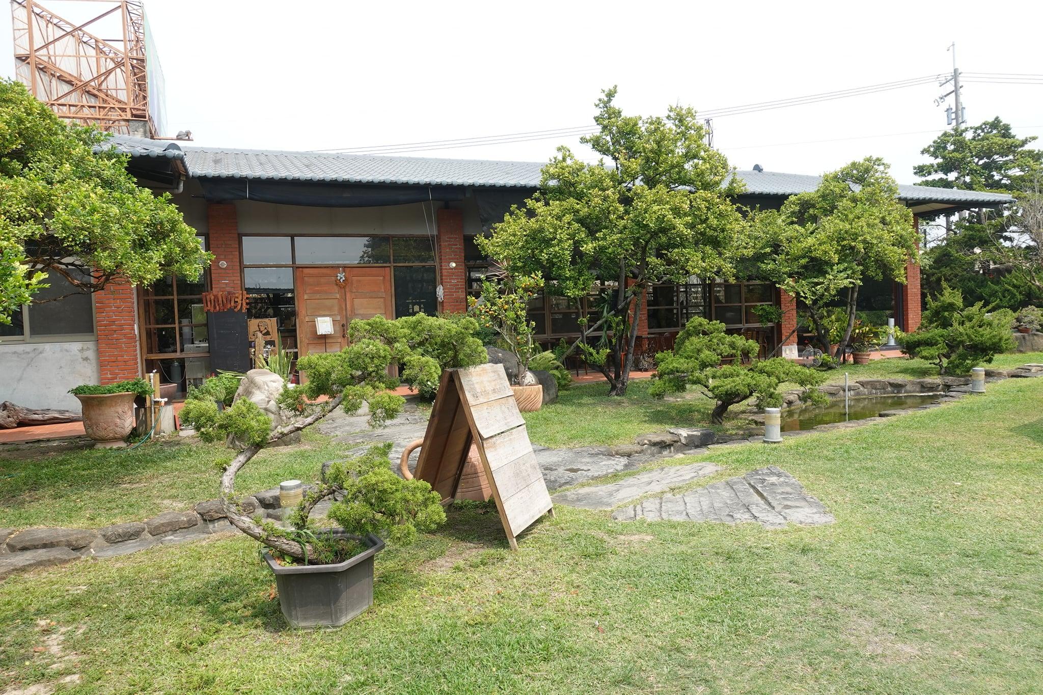 【屏東】枋寮有美麗庭園的咖啡廳、適合遛小孩及毛孩的奇茂園-木鋤造樸